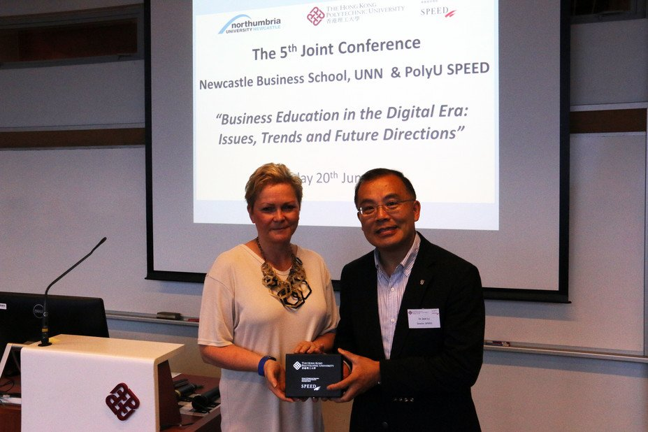 Dr Jack Lo, PolyU SPEED Director, presented a souvenir to Prof. Diane Sloan (left), UNN NBS Faculty Director Collaborative Ventures, at the Conference.