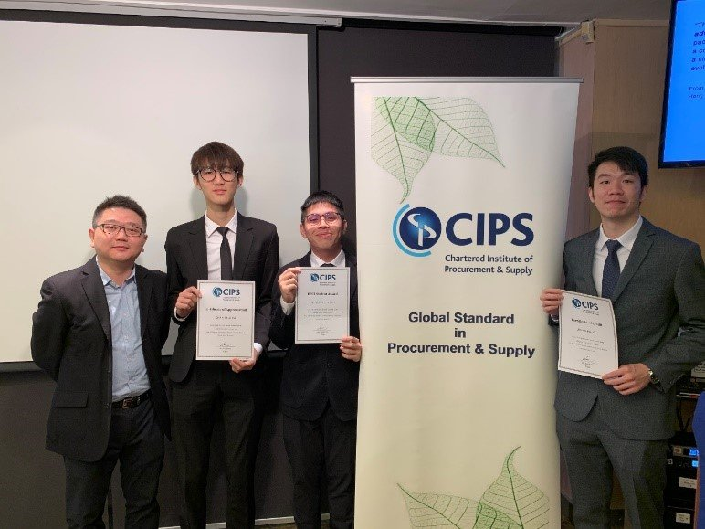 Dr Simon Yuen (left), Award Leader of BA (Hons) in Business (Operations and Supply Chain Management), attends the award presentation ceremony to congratulate his students on their outstanding achievements.